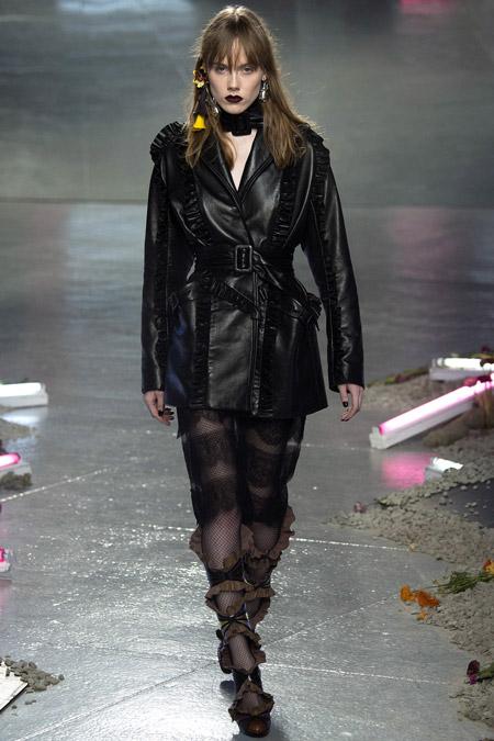 Модель в черной куртке с поясом от Rodarte - модные куртки и пуховики на осень 2016 и зиму 2017