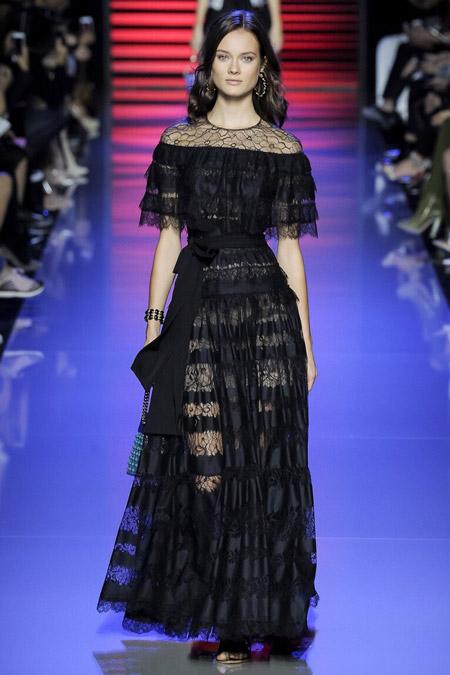 Модель в кружевном платье от Elie Saab