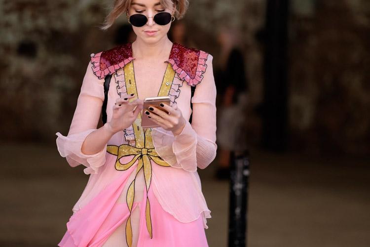 Модель в легкой розовой блузе