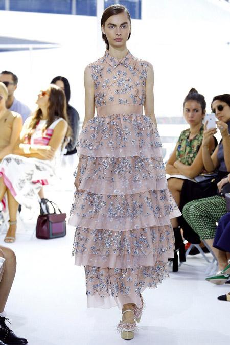 Модель в нежном платье от Delpozo