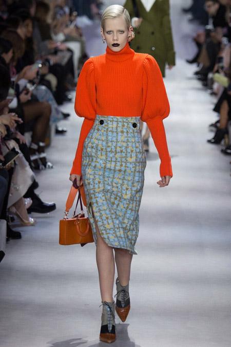 Модель в оранжевом свитере от Christian Dior