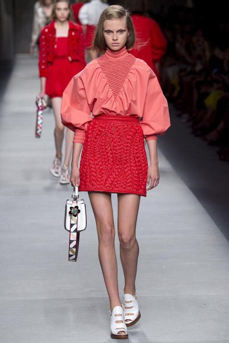 Модель в персиковой блузке от Fendi