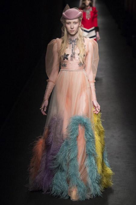 Модель в платье c объемными рукавами от Gucci
