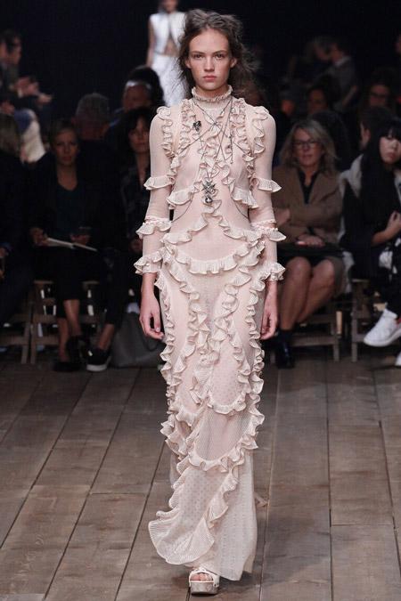 Модель в платье с рюшами от Alexander McQueen