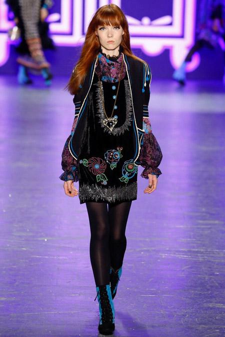 Модель в расшитом платье от Anna Sui