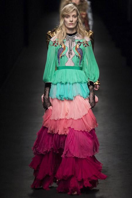 Модель в разноцветном платье от Gucci
