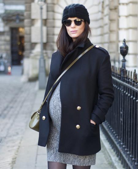 Модель в сером мини платье, черное пальто и шапка