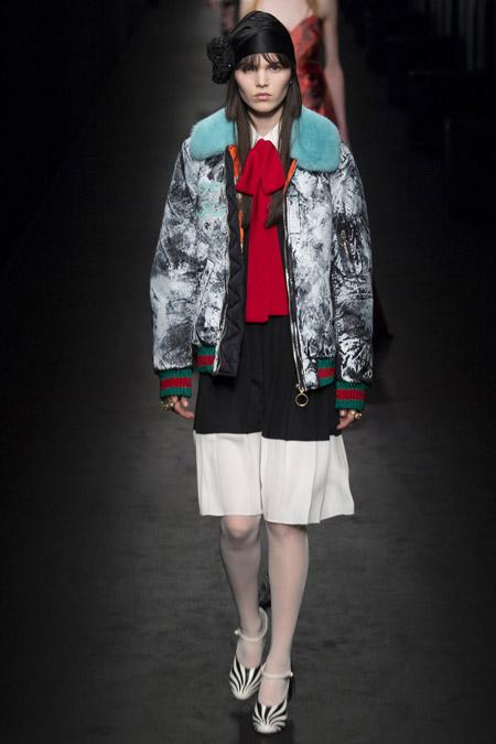 Модель в серой куртке с голубым воротником от Gucci - модные куртки и пуховики на осень 2016 и зиму 2017