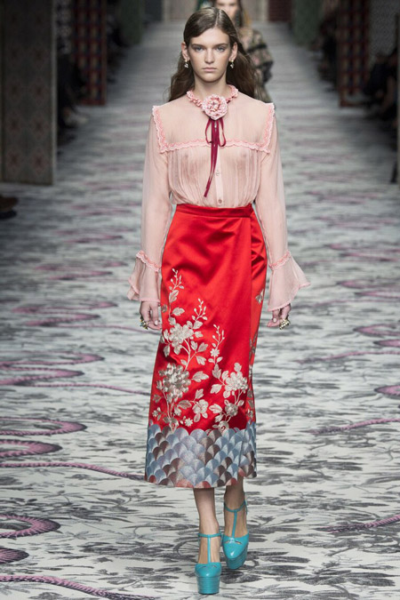 Модель в шелковой юбке от Gucci
