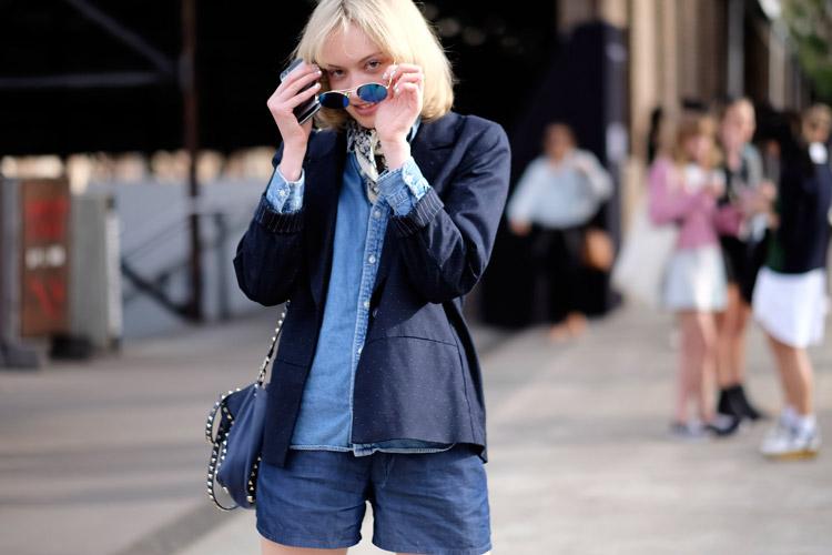 Модель в шортах, джинсовой рубашке и темно синий пиджак
