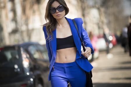 Модель в синем костюме и черном кроп топе