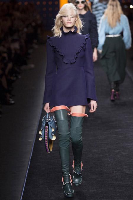 Модель в синем платье от Fendi