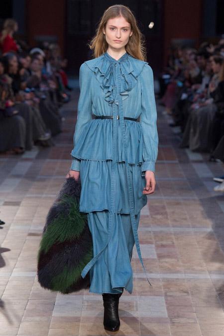 Модель в синем платье с жабо от Sonia Rykiel
