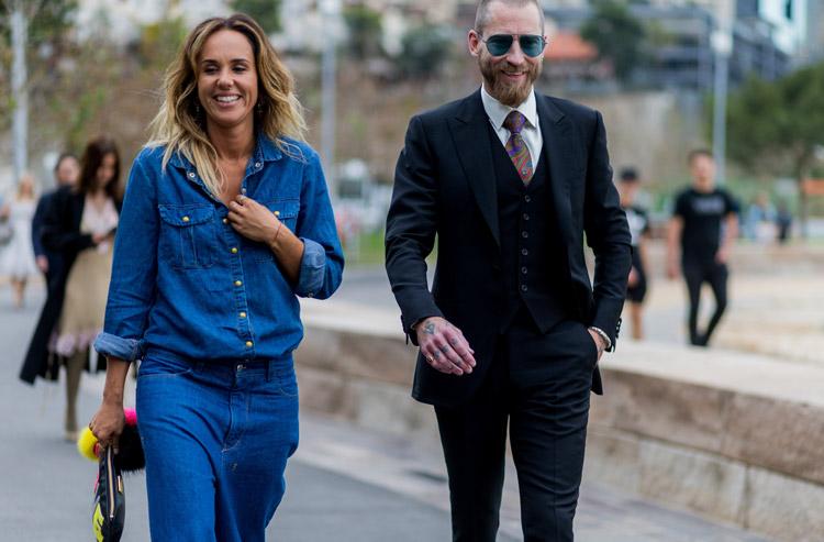 Модель в синей джинсовой рубашке