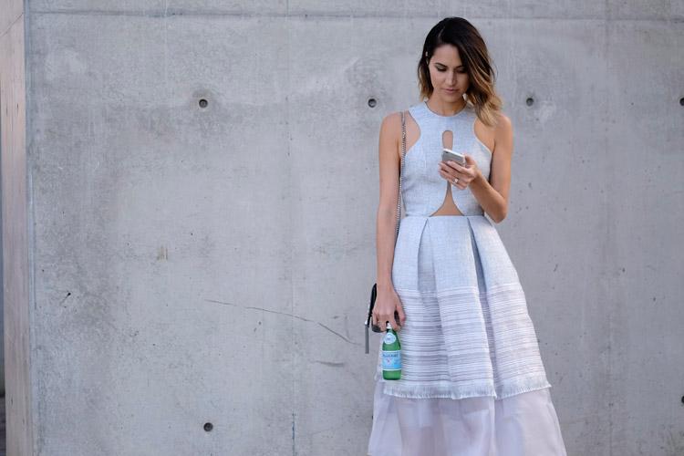 Модель в светлом платье без рукавов с вырезом на животе