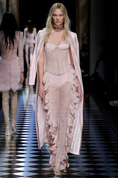 Модель в светлом платье с рюшами от Balmain