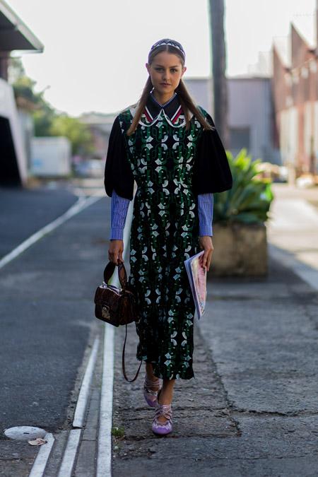 Модель в темном платье с принтом, сумочка