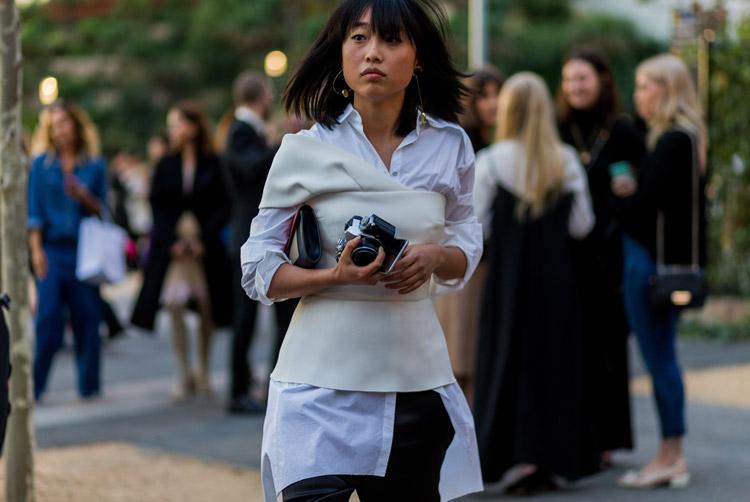 Модель в удлиненной рубашке, сверху топ на одно плечо и брюки