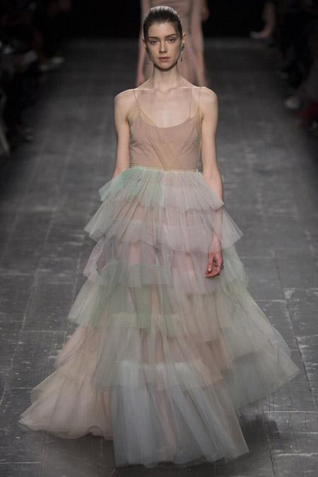 Модель в воздушном платье от Valentino