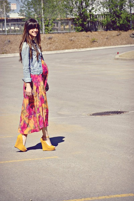 Модель в ярком летнем платье, джинсовка и босоножки на высокой платформе