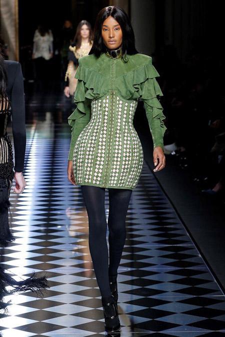 Модель в зеленом платье от Balmain