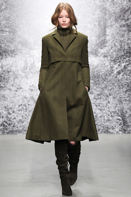Модеть в пальто цвета хаки и и такого же цвета сапогах