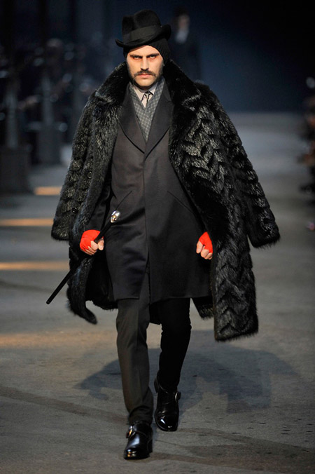 Мужчина в пальто и цилиндре