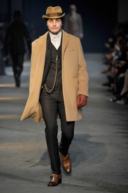 Мужчина в светлом пальто