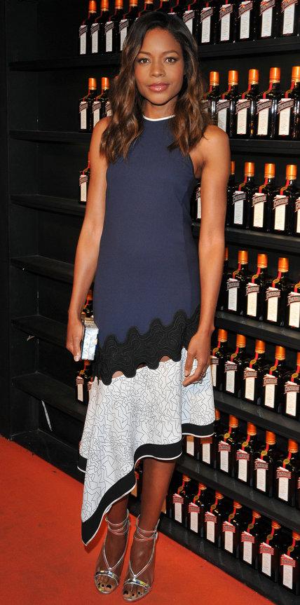 Наоми Харрис в ассиметричном платье
