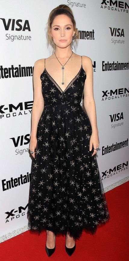 Роуз Бирн в черном платье с принтом