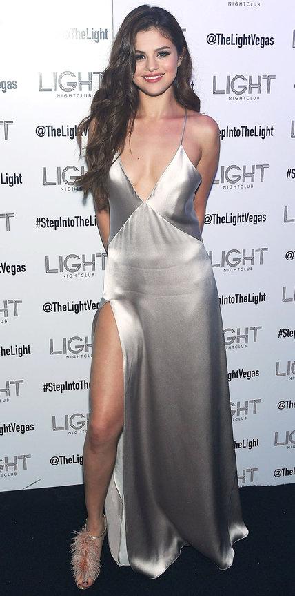 Селена Гомес в серебристом атласном платье