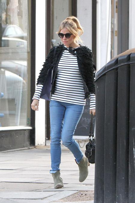 Сиена Миллер в тельняшке и голубых джинсах
