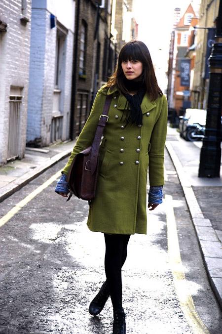Темная девушка в оливковом пальто