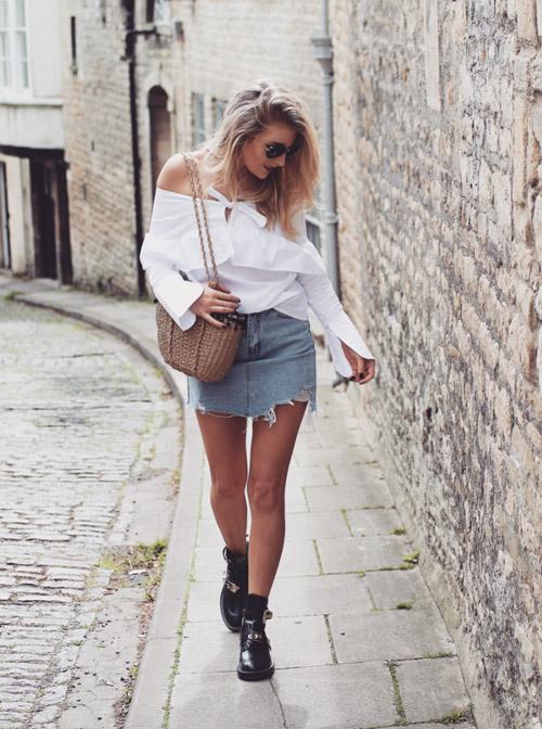 Девушка в джинсовой мини юбке и топе с открытыми плечами