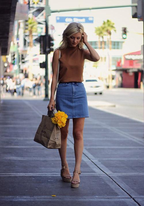 Девушка в светло-коричневом топе, джинсовой юбке и босоножках