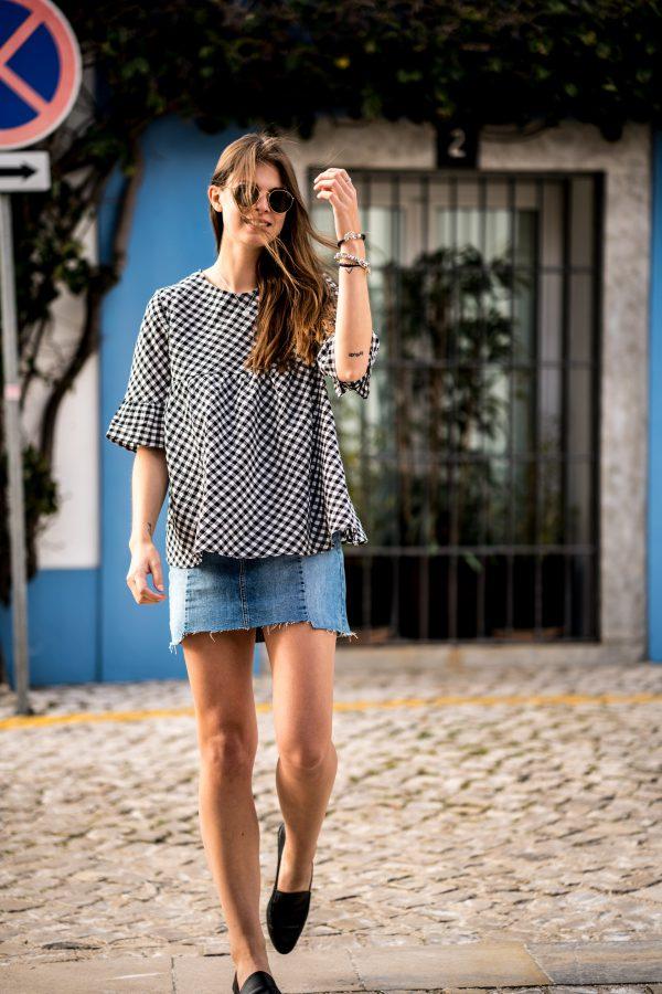 Девушка в джинсовой юбке и слипонах