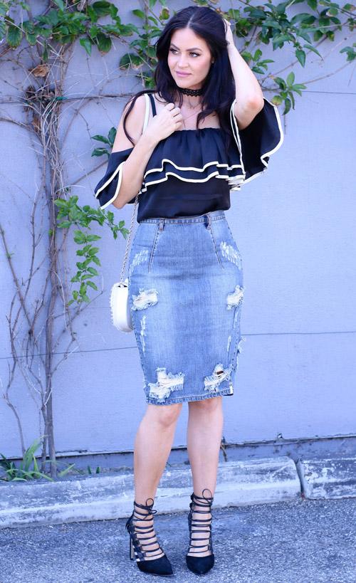 Девушка в джинсовой юбке карандаш, топе с рюшами и синих лодочках