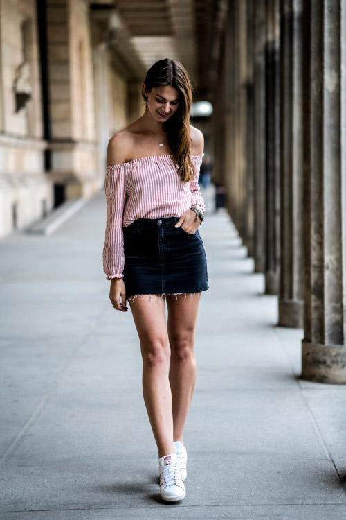 Девушка в джинсовой мини юбке и полосатом топе