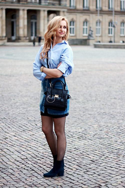 Девушка в джинсовой юбке, рубашке и бархатных ботильонах