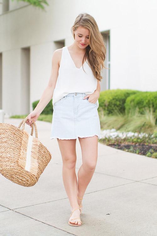 Девушка в джинсовой мини юбке, топе и сандалиях