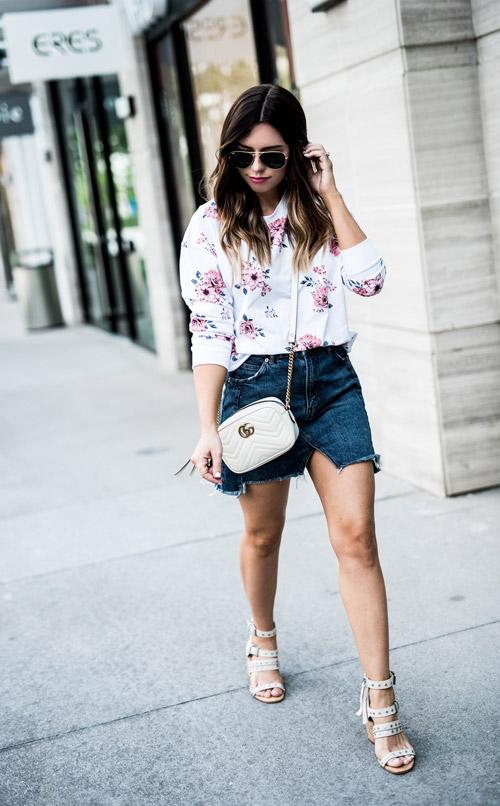 Девушка в темно-синей мини юбке, цветочной кофте и босоножках