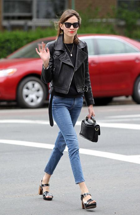 Алекса Чанг в укороченных джинсах