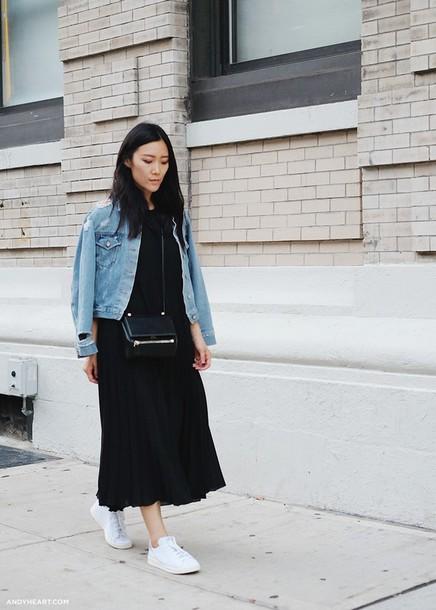 Andy Heart в черном платье миди с голубой джинсовкой
