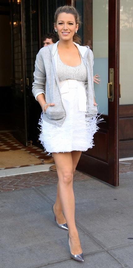 Блейк Лайвли в белом платье и олимпийке