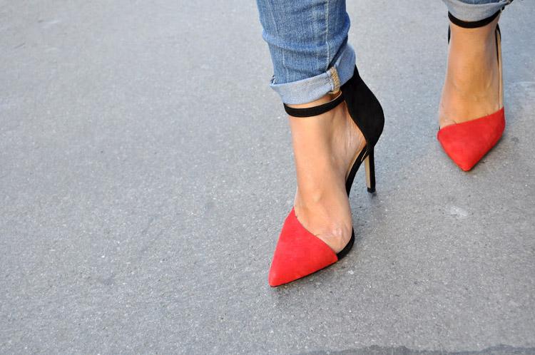 Черно-красные туфли и джинсы