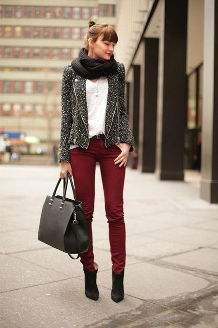 Девушка с черной сумкой и в бордовых джинсах