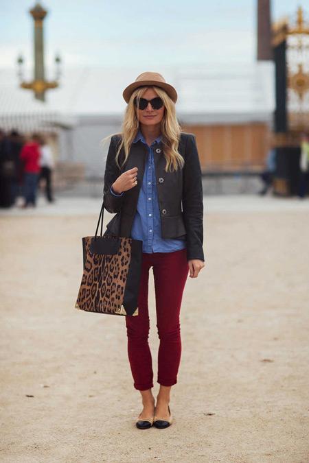 Девушка с леопардовой сумкой и в бордовых джинсах