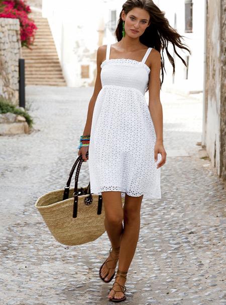 Девушка с плетеной сумкой и в белом сарафане