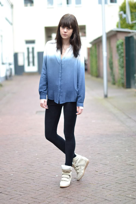 Девушка в бело-голубой рубашке