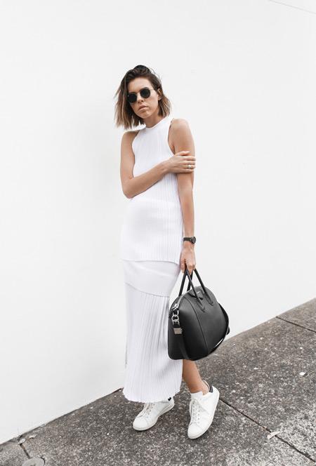 Девушка в белом длинном сарафане, кроссовки и черная сумка